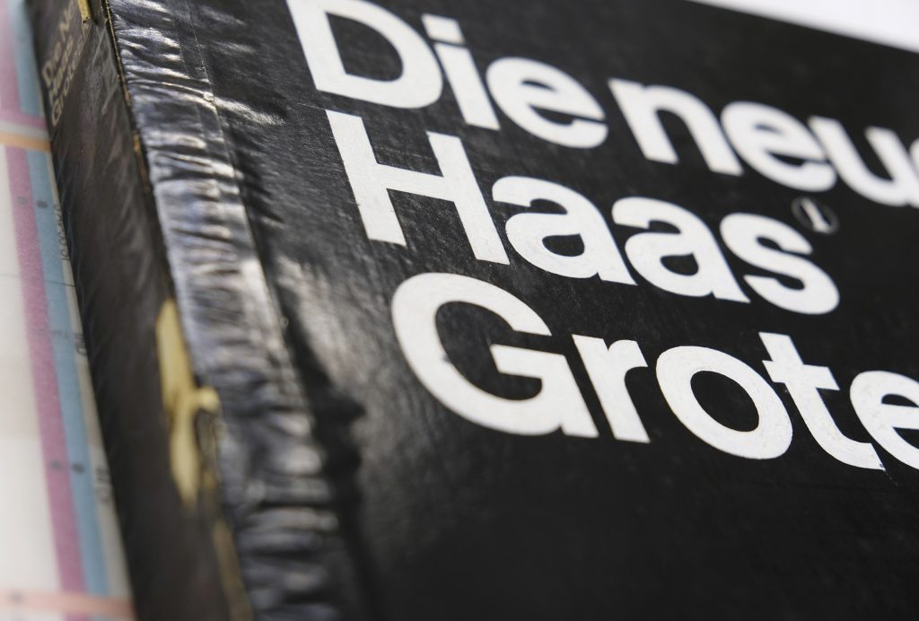 Boken »Helvetica Forever« av Lars Müller. Typsnittskatalogen »Die Neue Haas Grotesk« sammanställd av Müller-Brockmann & Co är en raritet från 1960.