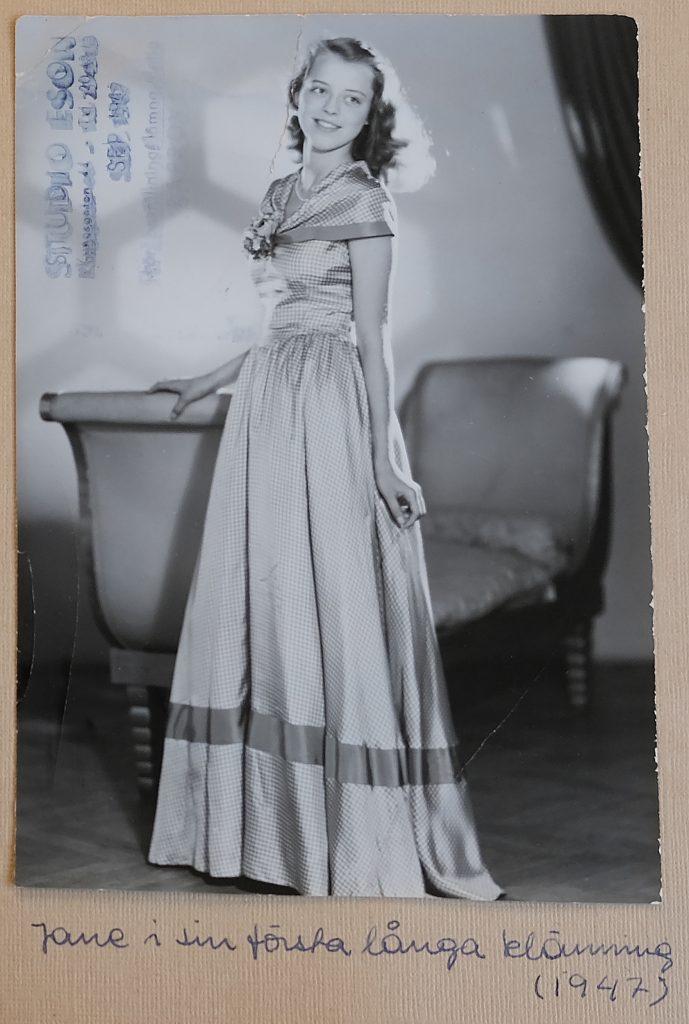 Jane, 16år i sin första långklänning inför resan till Schweiz, 1947