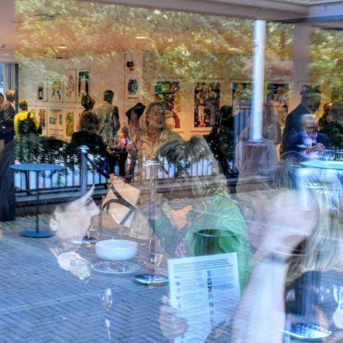 Fullt hus på vernissagen den 15 augusti. Många kom till Volvo Studio när MoGA ställde ut Jane Barks bilder.